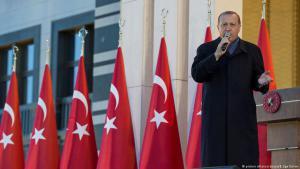 Der türkische Präsident Recep Tayyip Erdoğan während einer Rede vor dem Präsidentenpalast in Ankara am 17. April 2017; Foto: picture-alliance/abaca/B. Ege Gurun