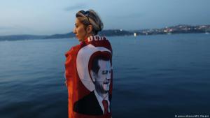 Anhängerin des Präsidialsystems unter Erdoğan am 16. April 2017 in Istanbul; Foto: picture alliance/AP