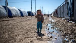 Skepsis im Blick: Das Flüchtlingslager Hamam al-Alil liegt rund 20 Kilometer südlich von Mossul und beherbergt tausende Menschen, darunter auch viele Kinder. Rund 300.000 Menschen sind schon aus Iraks zweitgrößter Stadt geflohen, die meisten kommen in den nahe gelegenen Flüchtlingslagern unter. Seit rund sechs Monaten versucht die irakische Armee die Stadt vom sogenannten IS zu befreien.