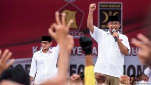 Anies Baswedan (r.) während einer Wahlkampfveranstaltung in Jakarta; Foto. Reuters
