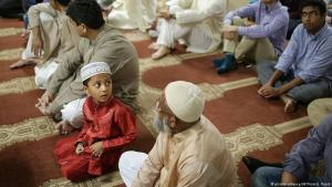 Muslime beim Gebet während der Eid al-Adha-Feierlichkeiten im Al-Huda Islamic Center in Athen; Foto: picture-alliance/AP