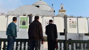 Männer lesen Wahlplakate politischer Parteien am Märtyrer-Platz in Algiers am 9. April 2017; Foto: Getty Images/AFP
