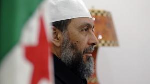Abdallah Djaballah, Führer der islamistischen FJD, vor der Parteizentrale in Algiers; Foto: AFP