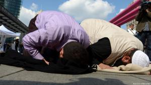 Salafisten beten am Potsdamer Platz in Berlin; Foto: picture-alliance/dpa