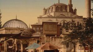 Eine Straße und eine Moschee im Scutari-Bezirk von Konstantinopel. Dieses faszinierende Bild vermittelt uns einen Eindruck des täglichen Lebens in den letzten Jahren des Osmanischen Reichs.