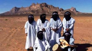 """Mitglieder der Band Emran Tenere vor Kahf al-Jnun, der """"Höhle der Dschinn"""", nahe Ghat in der libyschen Sahara; Foto: Emran Tenere"""