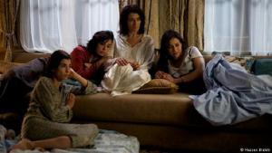 """""""Rock the Casbah"""":Regisseurin Laïla Marrakchi wurde im Jahr 2005 in Marokko berühmt mit ihrem Werk """"Marock"""", das eine Romanze zwischen einer Muslimin und einem Juden zum Thema hat. Im französisch-marokkanischen Drama """"Rock the Casbah"""" (2013) nutzen drei einander entfremdete Schwestern und ihre Mutter die dreitägige Trauerzeit um den Vater, um ihre Konflikte zu lösen und Familiengeheimnisse aufzudecken."""