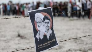 Demonstration in Manama: Protestplakat zeigt schiitischen Kleriker Isa Ahmed Qassim und den von bahranischen Sicherheitskräften getöteten Teenager Mustafa Hamdan; Foto: picture-alliance/NurPhotos/A. B. Al Kamel