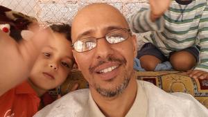 Mohamedou Ould Slahi im Keis seiner Familienangehörigen; Foto: Emran Feroz