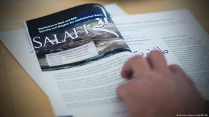 """Broschüre """"Extremistischer Salafismus als Jugendkultur"""" des NRW-Innenministeriums aus dem Jahr 2015; Foto: dpa/picture-alliance"""