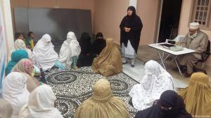 Die pakistanische Frauenrechtsaktivistin Tabassum Adnan spricht vor der Frauen-Jirga; Foto: Khwendo Jirga