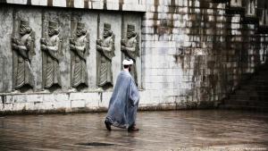 Iranischer Geistlicher passiert Straße; Foto: Afsson Mohammadpour