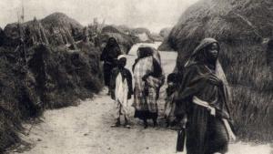 Ein historisches Bild zeigt Bewohner des früheren Sklavenlagers von Bengasi; Foto: privat