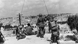 Der Ölberg damals: Nur der Blick auf die Stadtmauer und den Felsendom lassen erahnen, dass es sich bei diesem Foto vom 7. Juni 1967 auch um eine Aufnahme vom Ölberg handelt. Diese Soldatengruppe hat mitten im Sechstagekrieg den Ölberg zum Befehlsstand gemacht.