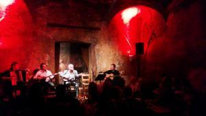 Rembetiko-Aufführung des Sängers Manolis Dimitrianakis im Hamam-Club im Viertel Petralona in Athen; Foto: Mey Dudin