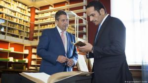 Außenminister Sigmar Gabriel mit seinem katarischen Amtskollegen Mohammed Al Thanin der in der Herzog-August-Bibliothek in Wolfenbüttel; Foto: Imago/photothek/T. Koehler