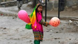 Afghanisches Mädchen mit Luftballons während der Neujahrsfeier in Kabul; Foto: Reuters/Omar Sobhani