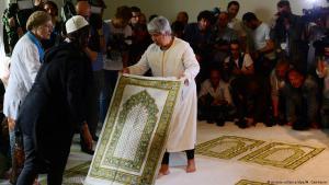 Seyran Ates legt am 16-06.2017 in der Berliner Ibn Rushd-Goethe-Moschee einen Gebetsteppich aus; Foto: picture-alliance/dpa/M. Gambarini