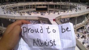 """Plakat mit der Aufschrift """"Stolz ein Atheist zu sein"""" vor der Kaaba in Mekka; Quelle: Twitter"""
