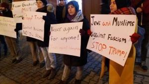 Muslime und Juden demonstrieren gemeinsam gegen Islamophobie und gegen US-Präsident Trump in Berlin; Foto: Salaam-Shalom Initiative