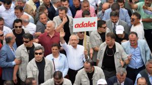 """Kemal Kılıçdaroğlu hält ein """"Adalet""""-Schild während des """"Marsch für die Gerechtigkeit""""; Foto: Reuters"""