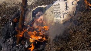 Schiitische Muslime verbrennen in Neu Delhi ein Bild mit dem Konterfei Abu Bakr al-Baghdadis, um gegen die IS-Anschläge in Teheran zu protestieren; Foto: picture-alliance/AP/M. Swarup