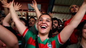 Anhängerin des kurdischen Fußballvereins Amedspor jubelt gemeinsam mit anderen Fans nach einem Tor des Fußballvereins Amedspor; Foto: Fatma Çelik