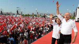 """Kemal Kiliçdaroğlu und seine Frau während einer Kundgebung im Rahmen des """"Marschs für die Gerechtigkeit""""; Foto: picture-alliance/abaca"""