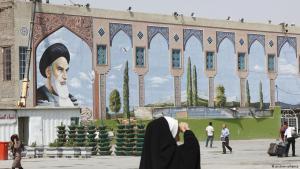 Iraner auf dem Gelände des Khomeini-Mausoleums in Teheran; Foto: picture-alliance