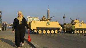 Ägypterin passiert Panzer und Einheiten der ägyptischen Armee in Kairo; Foto: dpa