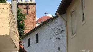 Die katholische und die orthodoxe Kirche in Elbasan; Foto: DW