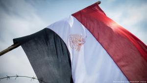 Ägyptische Nationalfahne hinter Stacheldraht in der Nöhe des Verfassungsgerichts in Kairo; Foto: picture-alliance/dpa