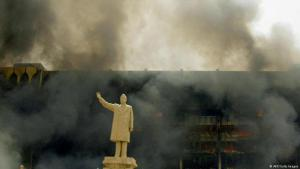 Brände und Rauchwolken vor Saddam-Statue in Bagdad; Foto: AFP