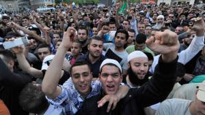 Anhänger jubeln in der Innenstadt von Frankfurt am Main dem salafistischen Prediger Pierre Vogel zu. Foto: Boris Roessler/dpa