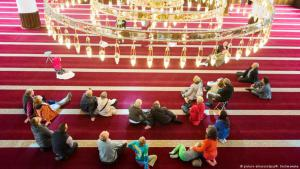 Besucher am Tag der Offenen Moschee in Duisburg (Foto: dpa)