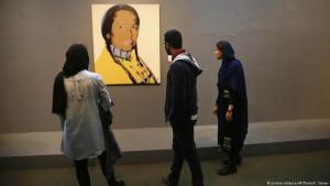 """Besucher betrachten das Kunstwerk """"The American Indian Series"""" von Andy Warhol in Teheran (Iran) im Museum für Zeitgenössische Kunst. © dpa"""