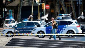 Die Fahndung läuft: Zeugen berichteten, dass der Lieferwagen im Zickzack über Spaniens berühmteste Flaniermeile raste und viele Fußgänger erfasste.