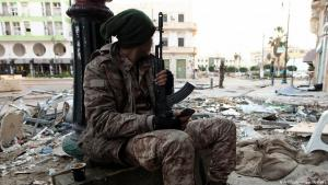 """Soldat der """"Libyschen Nationalarmee"""" (LNA)  im ostlibyschen Bengasi; Foto: Abdullah Doma/AFP/Getty Images"""