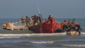 """Jedes Jahr beginnt im Oktober die sieben Monate währende Knochenfischsaison. Über 10.000 Fischer trotzen dem kalten Wasser und den unerbittlichen sibirischen Hochdruckklima, um auf die Jagd nach der kaspischen Fischart Kutum zu gehen. Dazu verwenden sie die traditionellen Strandwadennetze, auch """"Pareh"""" genannt. Die """"Kargar""""-Kooperative in Farhabad, etwa 350 Kilometer von der Hauptstadt Teheran entfernt, ist eine von 122 aktiven Fischereiverbänden im nördlichen Iran."""