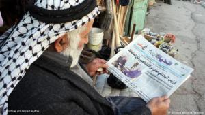 Palästinenser liest Zeitung in der Westbank-Stadt Hebron; Foto: picture alliance