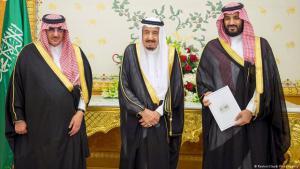 """Der saudische Kronprinz Mohammed bin Naif, König Salman sowie Mohammed bin Salman (r.) stellen im April 2016 das Reformprojekt """"Vision 2030"""" vor; Foto: Reuters"""