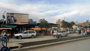 Die Stadt Khost in der gleichnamigen Provinz liegt im Osten Afghanistans an der Grenze zu Pakistan. Seitdem der berühmt-berüchtigte Warlord und Kriegsherr Gulbuddin Hekmatyar einen Friedensdeal mit der Regierung in Kabul unterzeichnet hat, lassen sich auch hier zahlreiche Plakate mit seinem Antlitz finden.