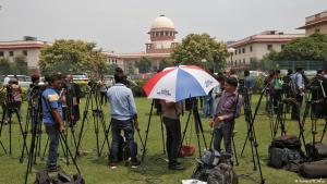 """Reporter vor dem Gebäude des Obersten Gerichts in Neu Delhi vor dem Urteil zur umstrittenen """"Talaq""""-Praxis; Foto: Reuters"""