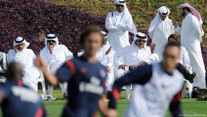 Der Präsident des französischen Fußballvereins Paris Saint-Germain, Nasser al-Khelaifi und Kronprinz Sheikh Tamim bin Hamad al-Thani während eines Fußballtrainings in Doha; Foto: Franck Fife/AFP/Getty Images
