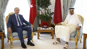 Der türkische Präsident Recep Tayyip Erdoğan zu Besuch beim qatarischen Staatsoberhaupt Scheich Tamim bin Hamad Al Thani am 24.7.2017 in Doha; Foto: picture alliance/dpa/AP