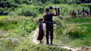 Grenzsoldat aus Bangladesch hindert Rohingya-Mädchen daran, die Grenze zu passieren; Foto: Reuters/M. Ponir Hossain
