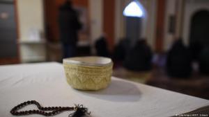 Symbolbild muslimische Gebetskette und Kappe; Foto: Getty Images/AFP