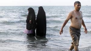 Badende Iranerinnen und Iraner in Babolsar am Kaspischen Meer; Foto: picture-alliance/dpa/M. UPI/Maryam Rahmanian