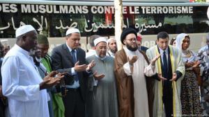 """Gebete von Imamen auf den Champs Elysees in Paris  als teil der Initiative """"Muslims Against Terror"""" vom Juli 2017; Foto: picture-alliance/dpa/S. Kunigkeit"""