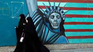Zwei Iranerinnen gehen an einem Graffiti (Freiheitsstatue und Totenkopf) an der ehemaligen US-Botschaft in Teheran vorbei; Foto: picture-alliance/dpa